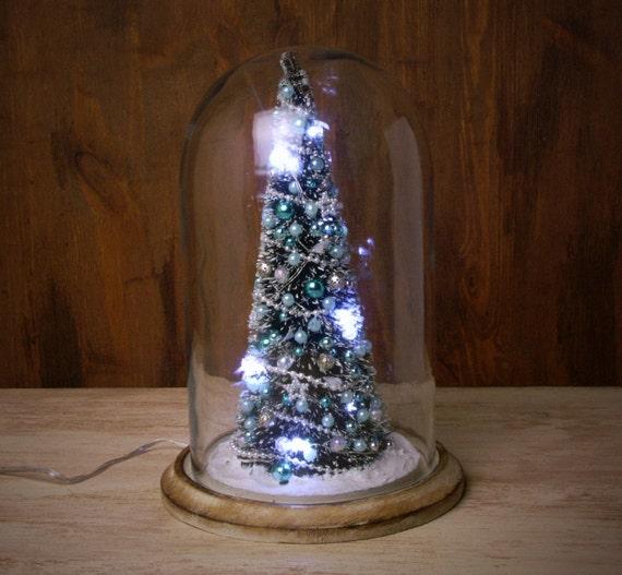 Verlichte miniatuur kerstboom onder glas