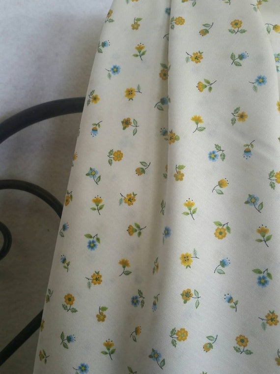 Andover Makower UK Bloom Floral Scatter Small Flowers on Eggshell Background Quilting and Crafting Fabric Free Shipping