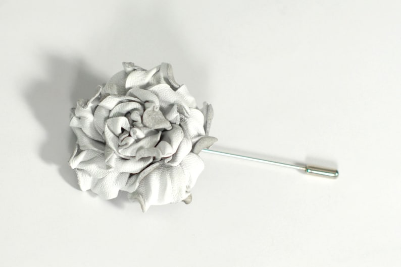 f99deb5007957 Leather Flowers Lapel Pin White Brooch Mens Boutonniere for man brooch  stick pin leather brooch jacket pins floral boutonnière, 革花ブローチ