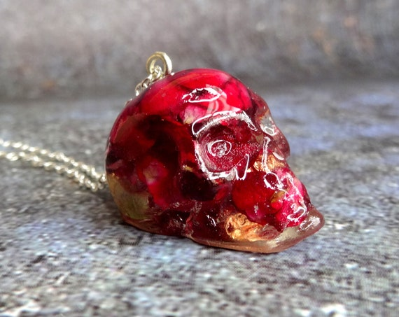Skull necklace with real rose petals, handmade botanical jewellery, Gothic skull necklace, resin skull, real flower jewellery, unique gift