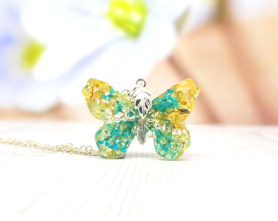 Butterfly necklace with real flowers, real flower jewelry, pressed flower jewelry, botanical gifts, vegan friendly jewelry butterfly pendant