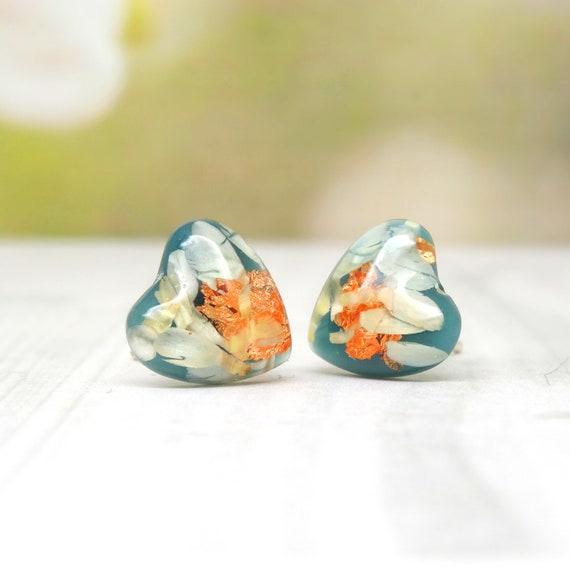 Real flower earrings, daisy petal stud earrings, minimalist gift for girlfriend, real flower jewelry, heart earrings