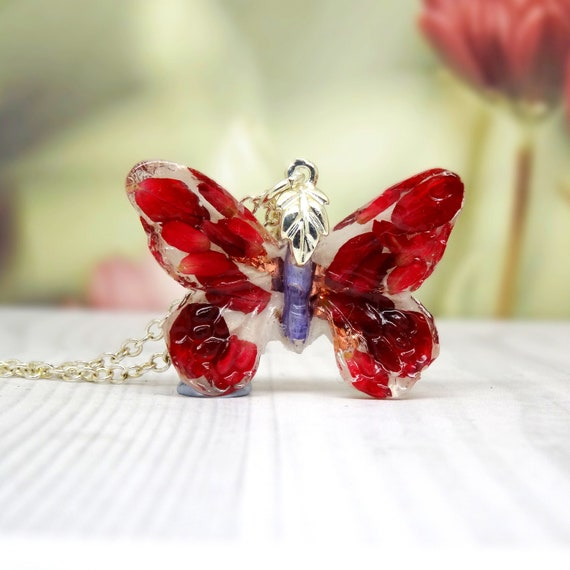 Butterfly necklace with real flowers, real flower necklace, jewellery, resin jewelry, botanical bridal jewellery, butterfly pendant