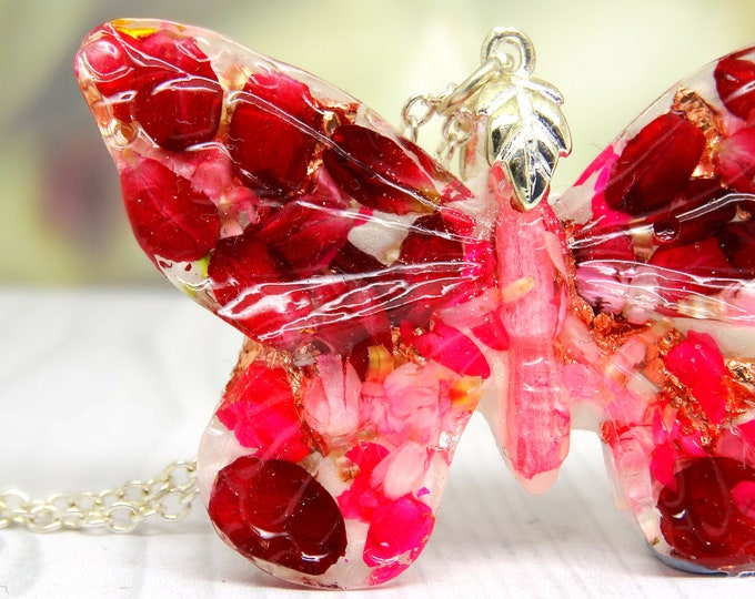 Butterfly necklace with real flowers