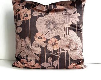Cushion of a black soft velour fabric with rosé-coloured floral print, black cushion with a zipper, black decorative cushion in the living room.