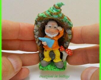 Gnome of the forest, gnomo nel suo tronco, scultura gnomo, gnomo del bosco, Gnome figurine