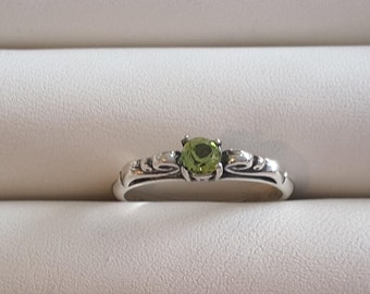 Peridot faceted silver ring