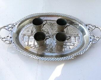 Vintage Messing Teeservice Tablett Und Trinkbecher Orientalisch Dekoriert  Islamischen Indischen Geätzt Messing Becher Foto
