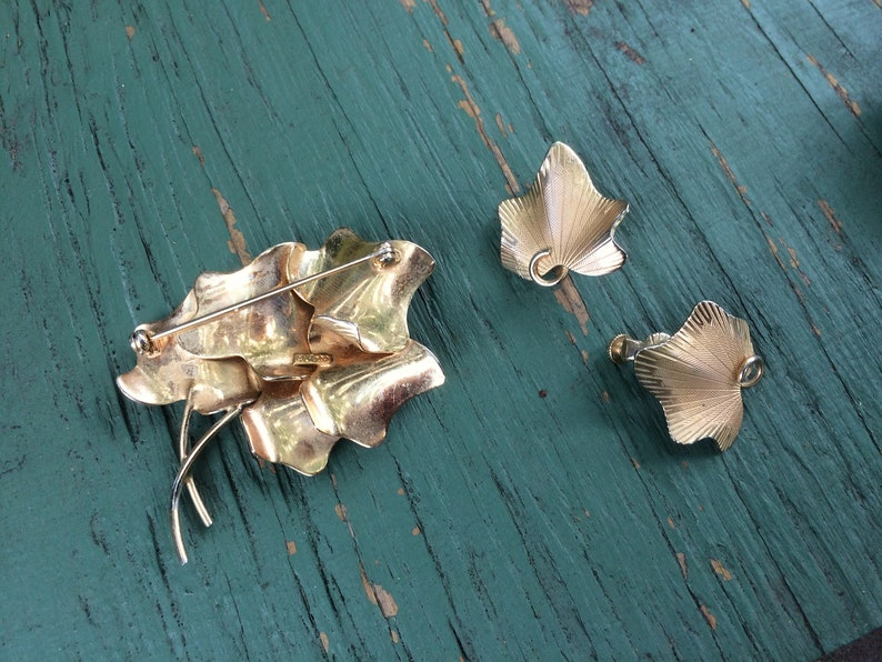 Vintage Coro Leaf Brooch and Clip-on Earrings Set gold-tone /& just right! Late mid-century Collectors Item in Superlative Condition