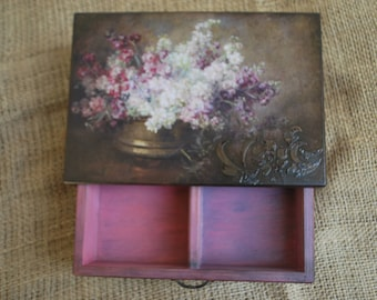 Casket, chest of drawers for decorations