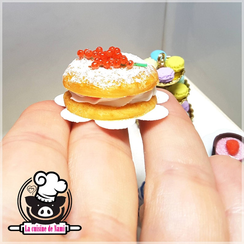 Strawberry cake with cream