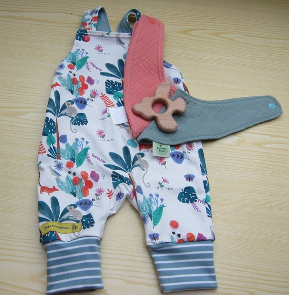 Newborn babies rompers set two musselin drolling bibs size 1-3 mo, Teething ring,  Jungle motive Spring  (56-62) jersey,  Present box