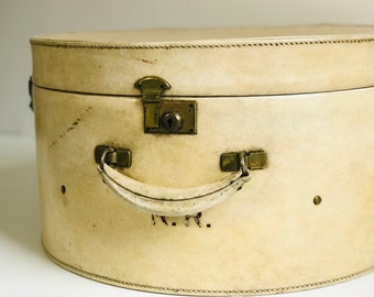 Cream Antique Leather Hat Box For Interior Decor 1920s Art Deco Designer Style Leather Luggage Retail Suitcase Display Photo Prop