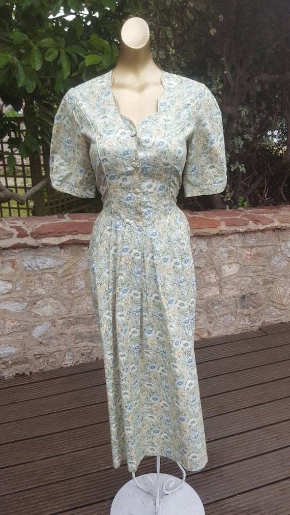 Lovely 1980s classic cotton Laura Ashley floral mi