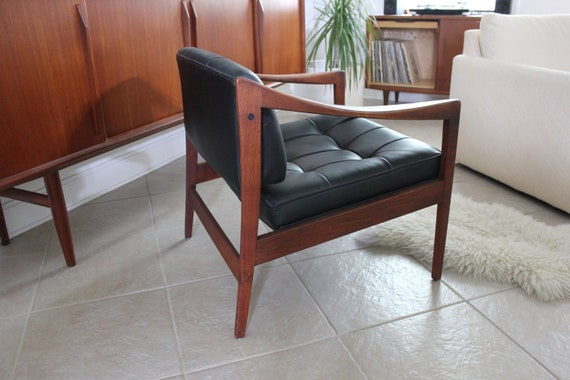 Mid Century Black Tufted Leatherette Lounge Chair