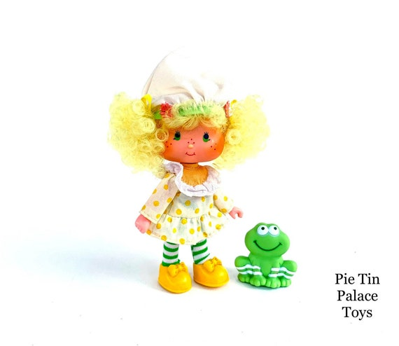 STRAWBERRY SHORTCAKE CARTOON CHARACTER ON WHITE PEARL MARBLE