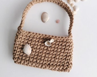 caramel coloured crochet small bag/ baguette style/ wrist handle/ sand colour/ Y2K style/ handmade/ sustainable fashion/ top handle/ modern