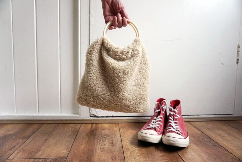 Faux sheepskin retro circle handle bag / teddy shearling / image 0