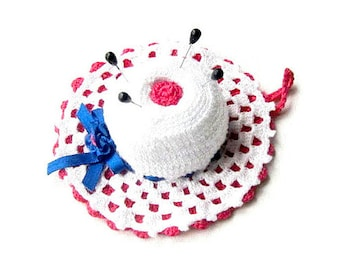 White and Hot Pink crochet hat pincushion 4.3 inc Made in Italy - Cappellino puntaspilli bianco e fucsia all'uncinetto