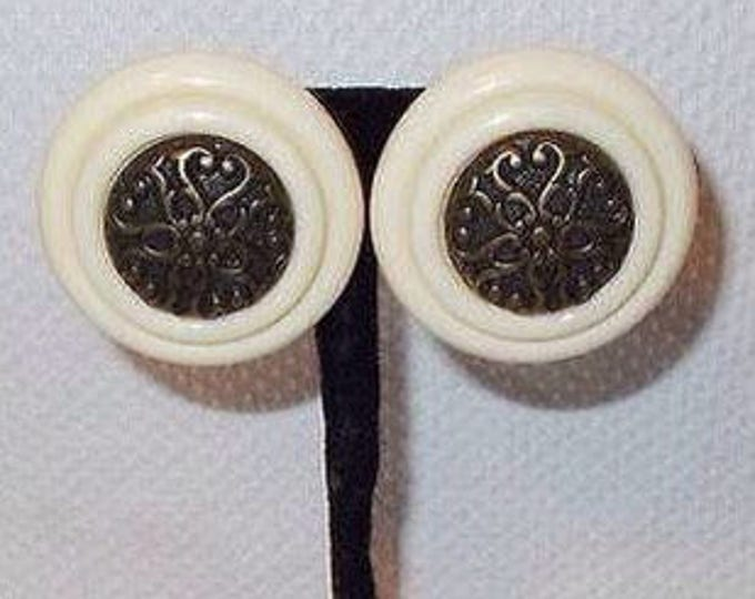 Vintage 60s Atomic Space Age Bronze White Floral Round Lucite Plastic Stainless Steel Clip On Huggie Earrings Made In Italy