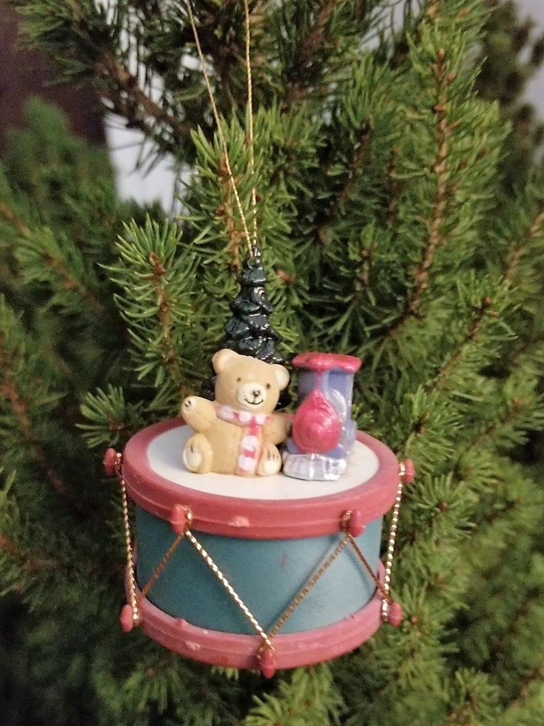 Weihnachtsbaum Kunstoff.Kleine Trommel Bär Weihnachtsbaum Und Zug Kunststoff Baumschmuck Vintage Kunststoff Trommel Ornament Mit Einem Bären Weihnachtsbaum Und Ein Zug