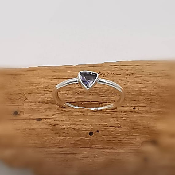 Elegant 925 Silver Ring with Triangular Faceted Stone