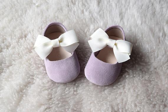 Lilas bébé fille chaussures, mocassins bébé, bébé violet chaussures, chaussures de fille de fleur, bébé robe chaussures, cadeau de naissance, cadeau de Noël pour les filles