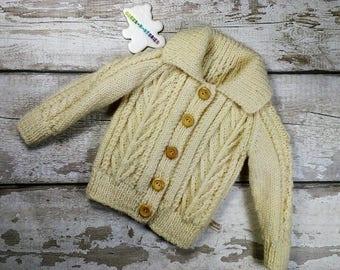 99fa72652f42da Hand Brei 6-12 maanden die jaar Aran trui Cardigan vest met kraag en hout  natuurlijke kleur traditionele kabel Knitwear Unisex knoppen