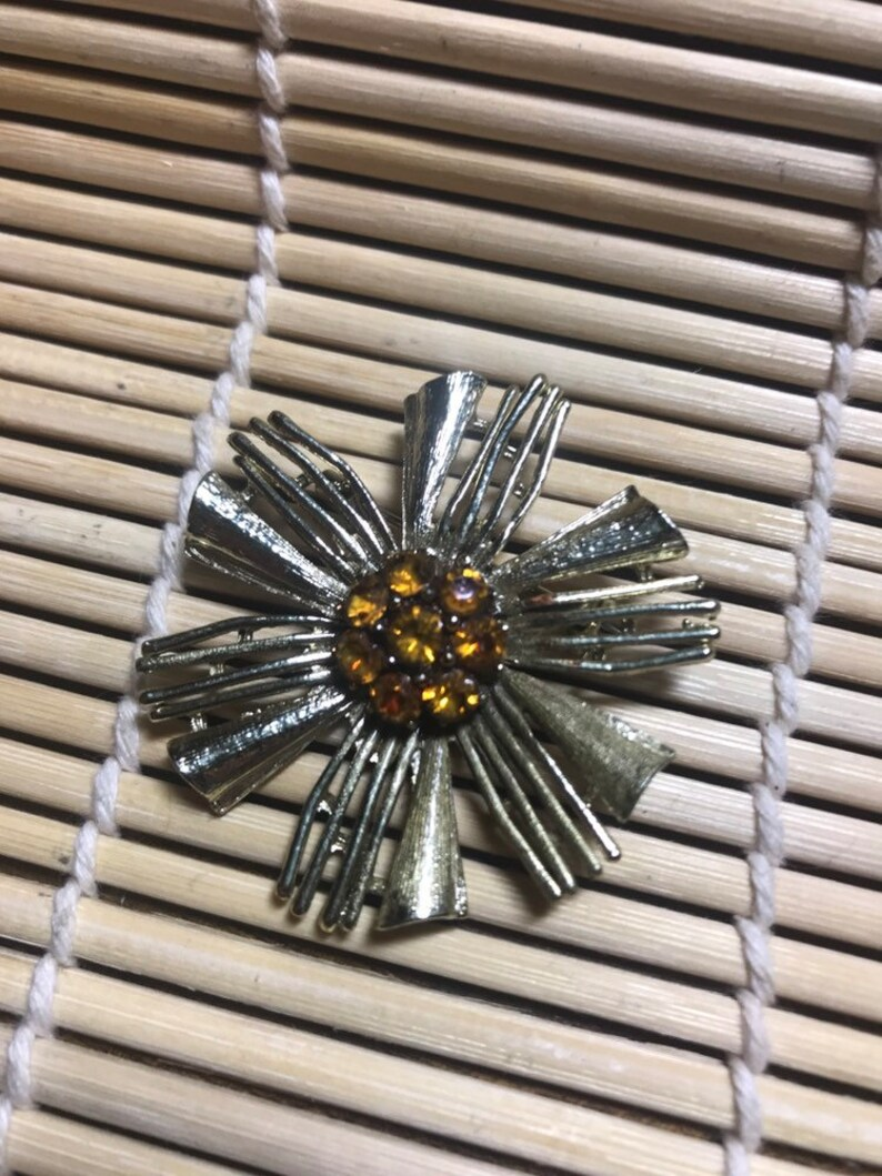 60/'s70/'s Unsigned Gold Tone Starburst Brooch with Topaz Rhinestones