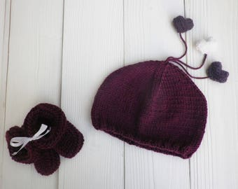 Ensemble chaussettes et petit bonnet en laine pour bébé couleur violet  prune avec petits pompons en forme de coeurs ecc3228342d