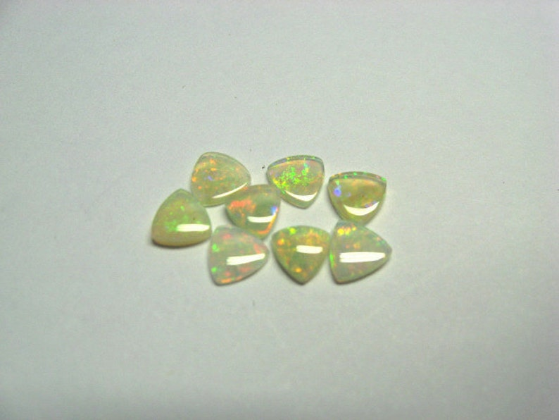 and 8 pieces per lot. Opal trilliants 5 mm