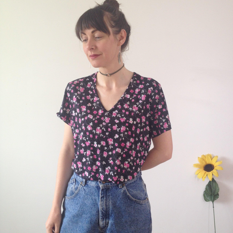 d61a8dc3ff9 Vintage 90s Black   Pink Floral V-neck Top. 1