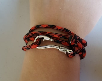 Fish hook paracord barcelet