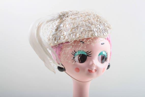Perly Sequin Casquet Hat, Vintage, coiffure élégante, petit chapeau, voile blanc, plume blanche, brillant, fantaisie, Cocktail, mariage ~ 170312