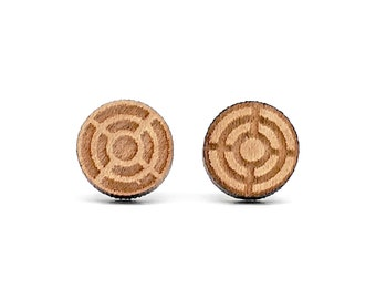 Varnished wood sniper target studs. Sniper weapon sight earrings. Jewel created by laser, choice of wood color. Mixed jewel, weapon of war