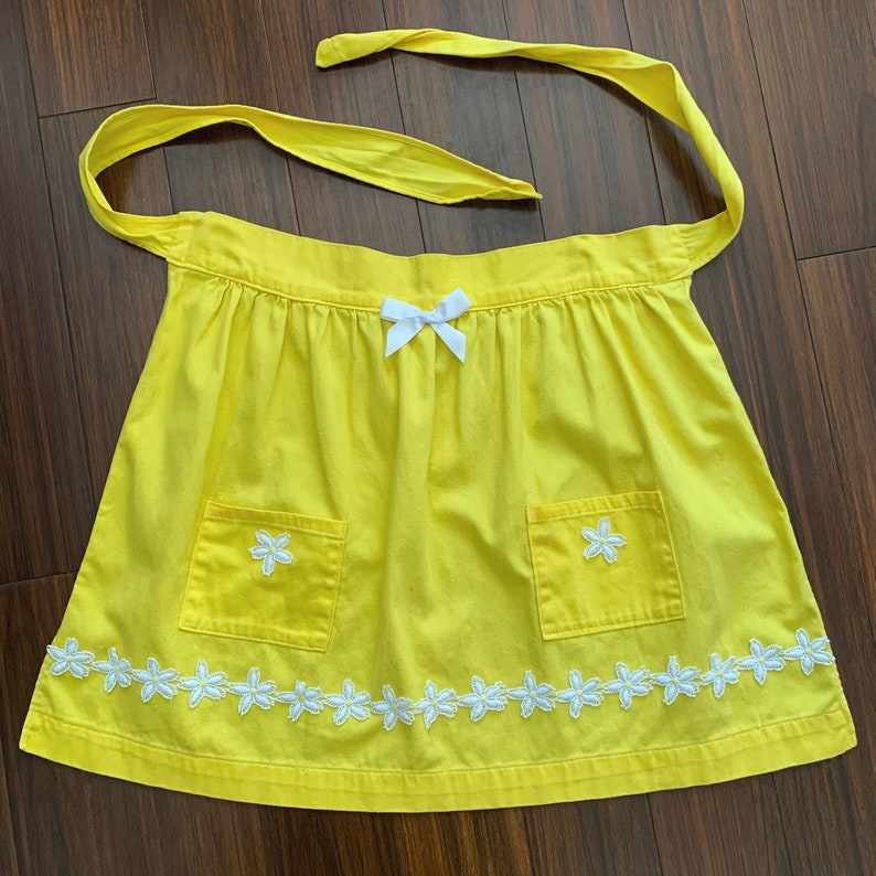 two pockets white daisy chain trim retro pin-up accessory DAFFODIL YELLOW APRON vintage bright yellow apron 1970s large bow