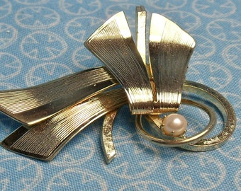 Gold Pin with Cultured Pearl