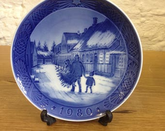 Royal Copenhagen Christmas 1980 Bringing Home the Christmas Tree Plate.  In Very Good Condition.
