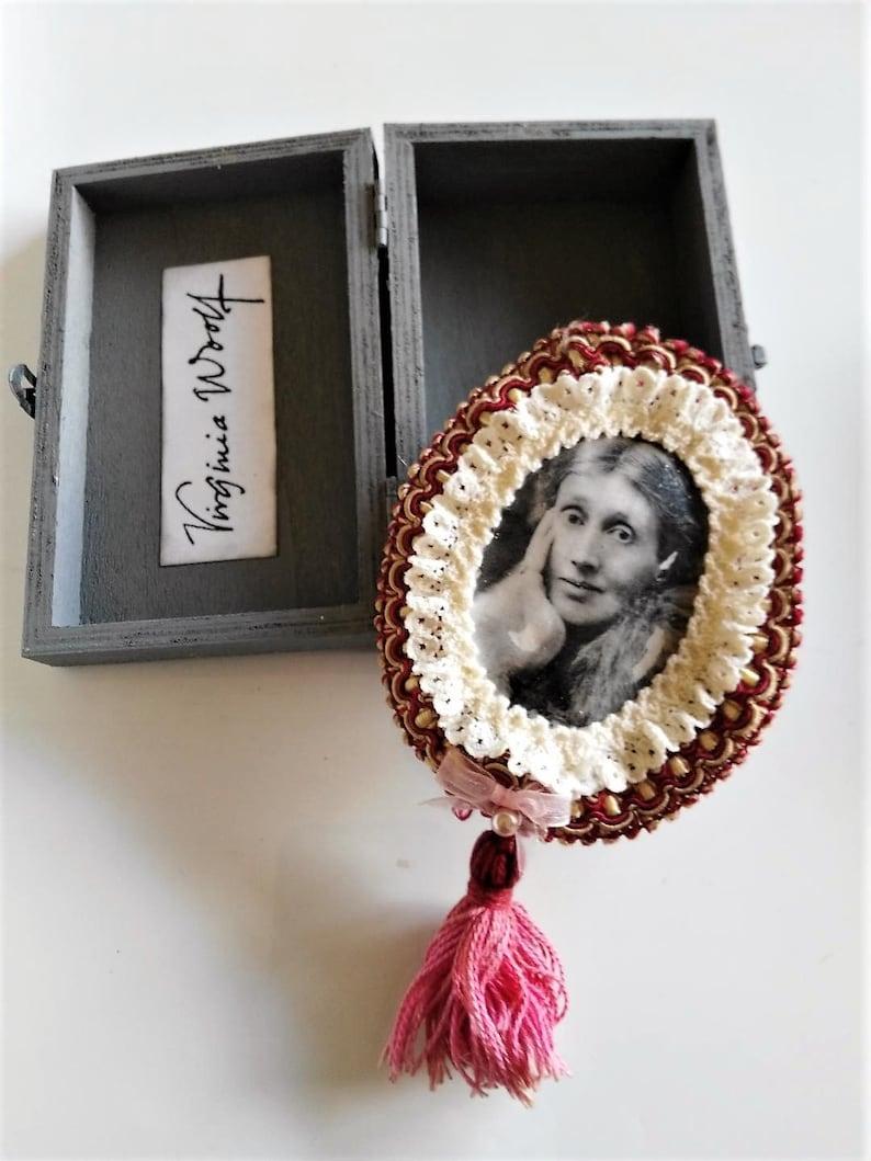 Virginia Woolf brooch writer portrait decorated box literature laces tassel handmade fashion accesories vintage
