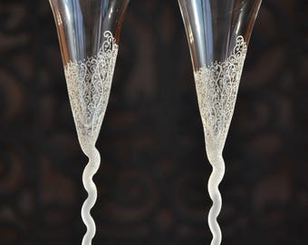 Wedding glasses, Toasting flutes hand decorated with white flowers- Set of 2 champagne flutes