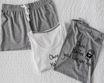 e4fcc9ad7e Shorty Pyjama mit Spruch Ohne Kaffee geht hier gar nix bedruckter  Schlafanzug Tanktop und Shorts grau weiß