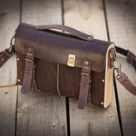 Leather and wood shoulder bag. Vegetable tanning leather and beech wood. Chocolate color.