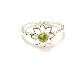 Peridot ring, daisy flower ring, silver ring, green faceted ring, gemstone ring, wedding jewellery, bridesmaid jewellery, Peridot jewely