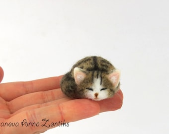 Sleeping calico tabby cat needle felted, Little sleeping kitten, miniature animal, miniature cat, cat for dollhouse, sleeping cat, tabby cat