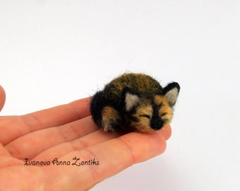 Sleeping tortoiseshell cat needle felted, Little sleeping kitten, miniature animal, miniature cat, cat for dollhouse, sleeping calico cat