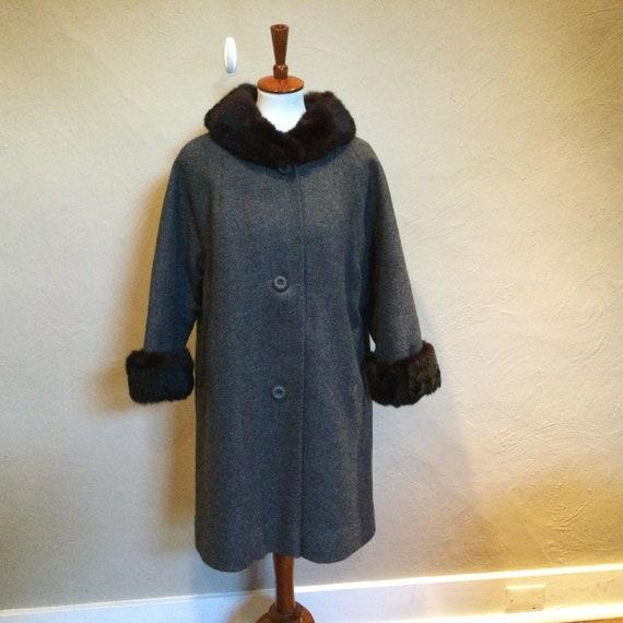 1950s - 60s Gray Tweed Wool Coat with Fur Trim / 5