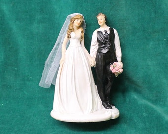 bfd0b45c91b0 Vintage WEDDING CAKE TOPPER Romantic Bride   Groom Resin Figurine Table Decor  Decoration Keepsake Centerpiece