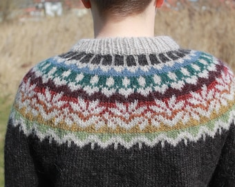 Sweater made of pure Icelandic wool with a great patten around the shoulders.