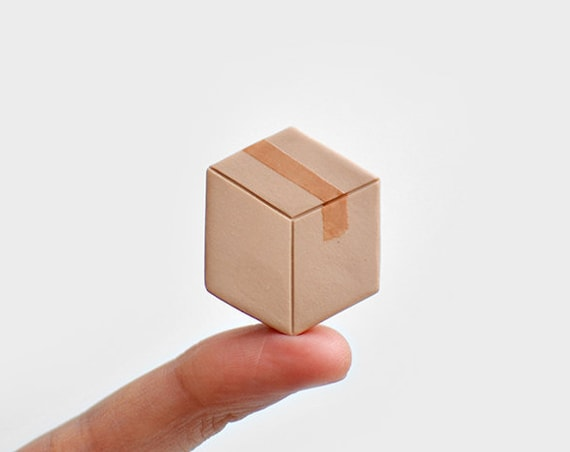 Pin's Boite en carton