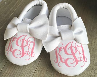 Baby Shoes - White Baby Shoes - Infant Baby Shoes - Crib Shoes - Personalized Baby Shoes - Custom Baby Shoes - Soft Baby Shoes - Bow Moccs